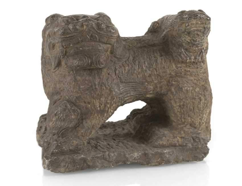 Sandstone sculpture of a Shishi with Cub - photo 1