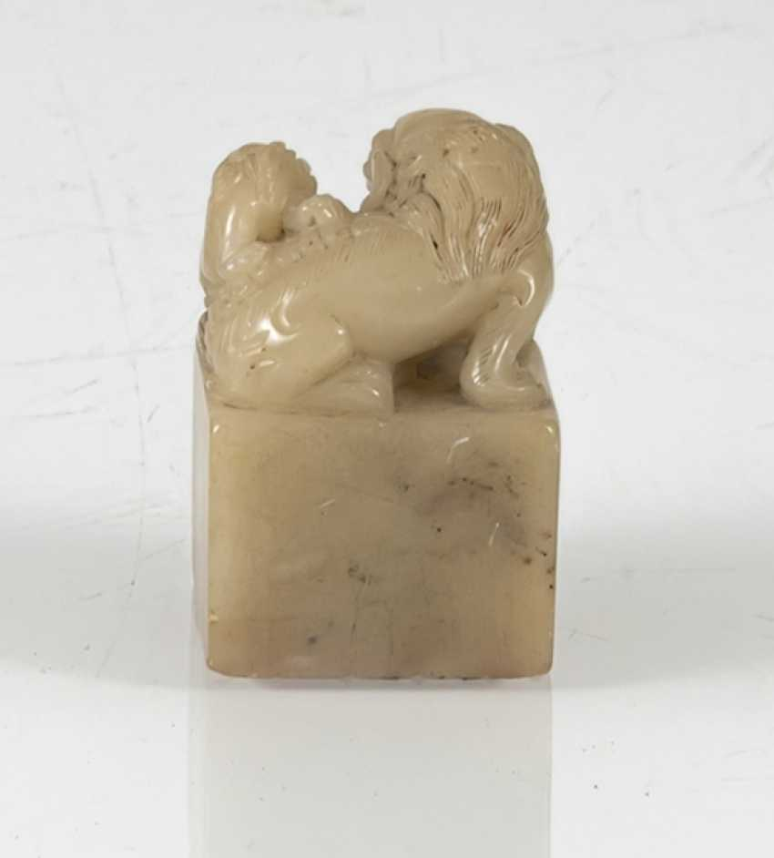 Seal with lion-knob made of light beige stone and four character seal mark on the bottom - photo 4
