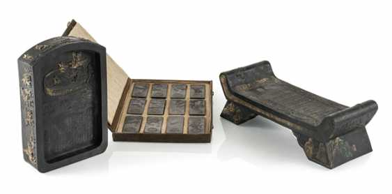 Lot of two Tuschreibesteinen and box with twelve ink stones - photo 1