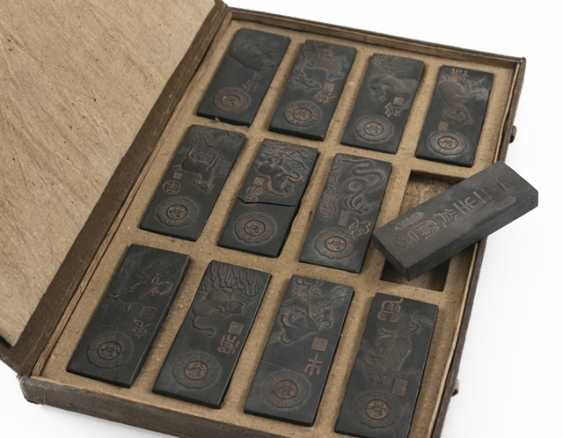 Lot of two Tuschreibesteinen and box with twelve ink stones - photo 7