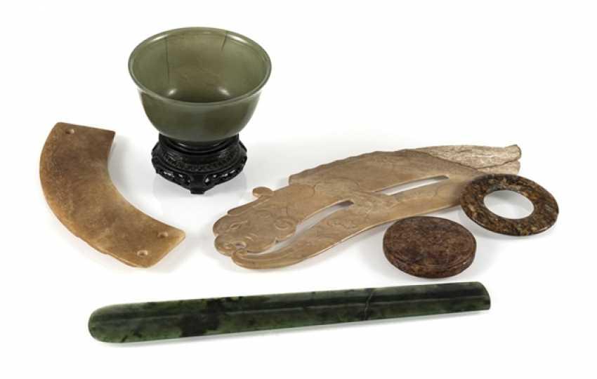 Six Jadearbeiten, including Bi-disc, shell, pendant in archaic style - photo 1