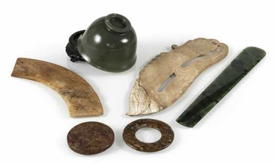 Six Jadearbeiten, including Bi-disc, shell, pendant in archaic style - photo 2