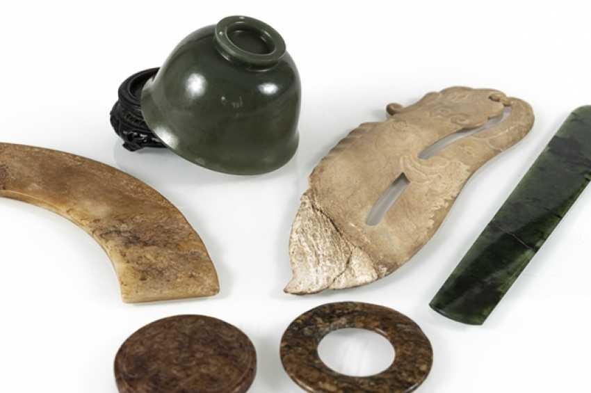 Six Jadearbeiten, including Bi-disc, shell, pendant in archaic style - photo 3
