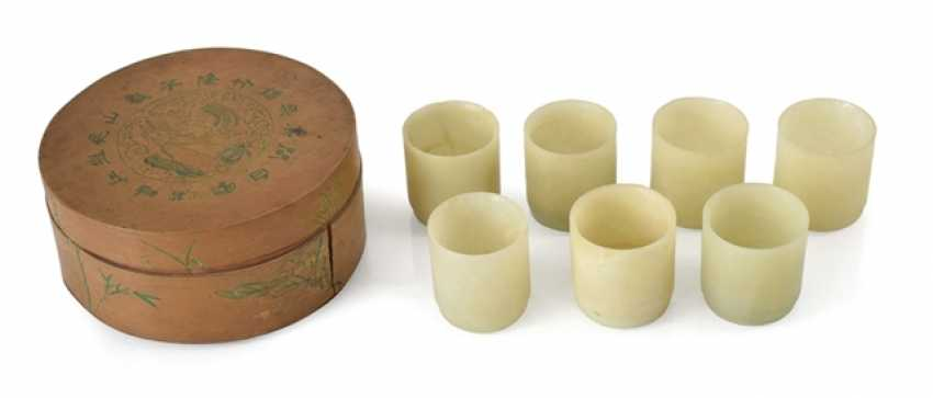Set of seven Jadebechern in a round bamboo box - photo 1