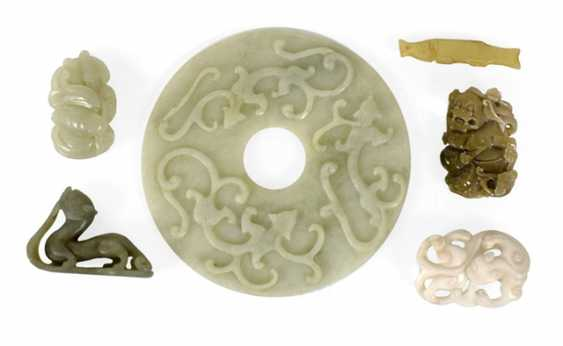 Six Jade Work, including a Bi disc with relief decoration - photo 1