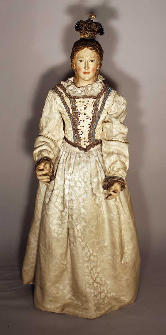 A Neapolitan procession sculpture of Maria, wood carved on quadratic shaped base, with original painting and dress with white neeled clothes with gilded embroidery and white open work necklace - photo 1