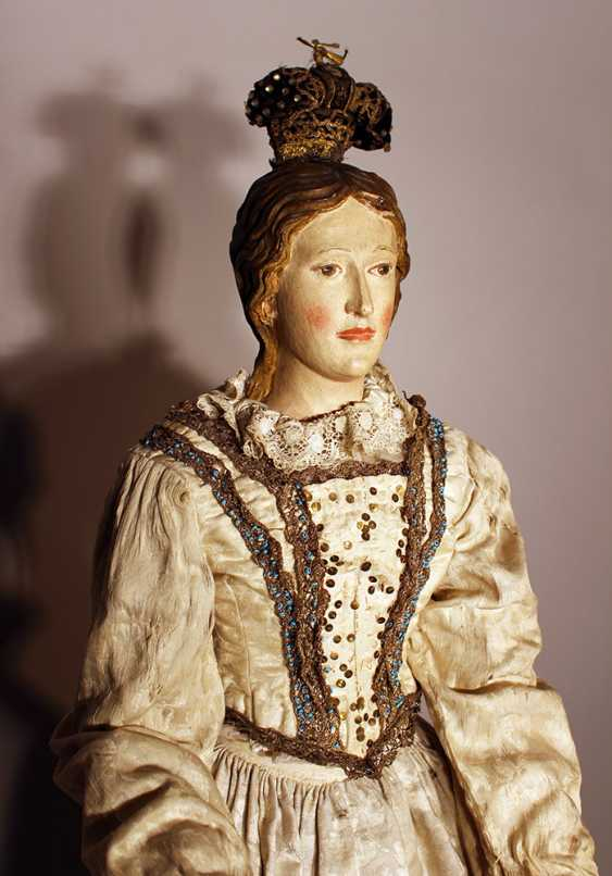 A Neapolitan procession sculpture of Maria, wood carved on quadratic shaped base, with original painting and dress with white neeled clothes with gilded embroidery and white open work necklace - photo 2