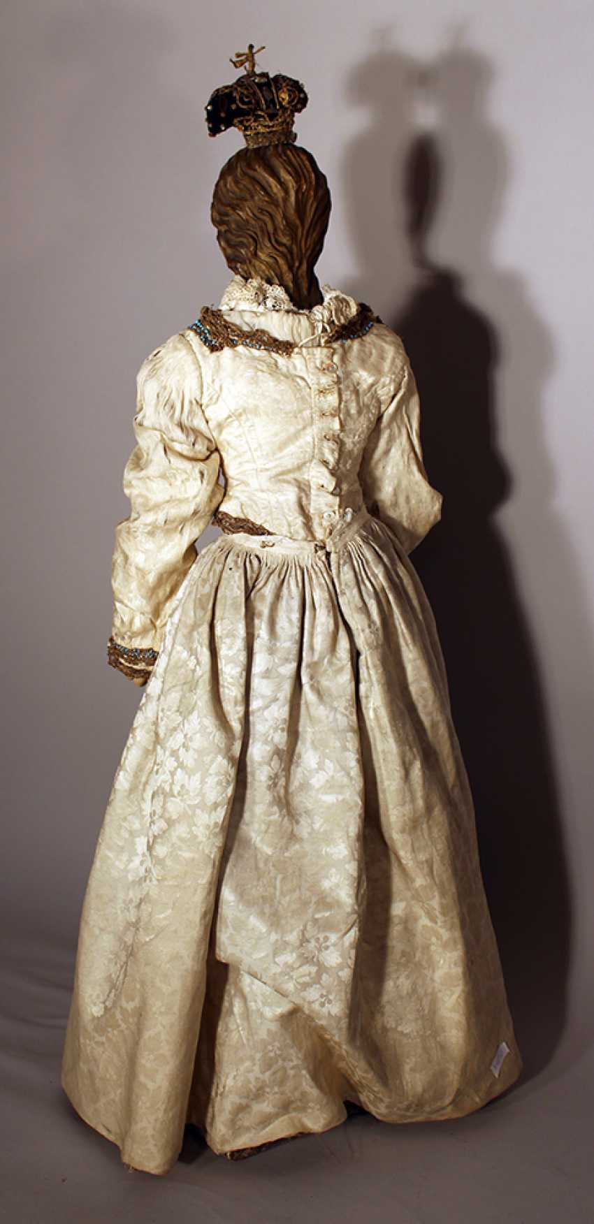 A Neapolitan procession sculpture of Maria, wood carved on quadratic shaped base, with original painting and dress with white neeled clothes with gilded embroidery and white open work necklace - photo 3