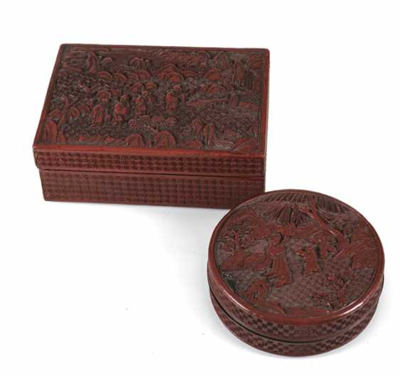 Round and rectangular lidded box with lacquer red decor of boys ' and scholars - photo 1