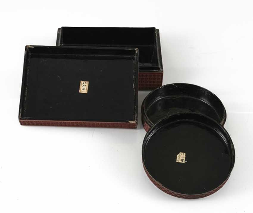 Round and rectangular lidded box with lacquer red decor of boys ' and scholars - photo 2