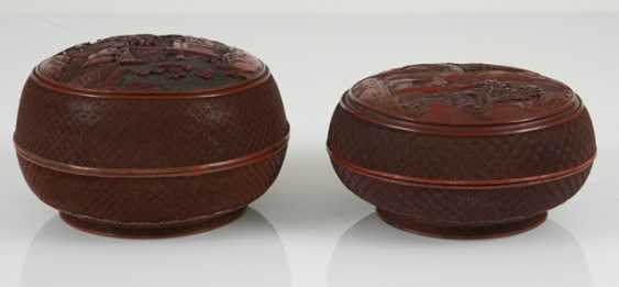 Two Cover boxes made of lacquer red with figure scene - photo 2