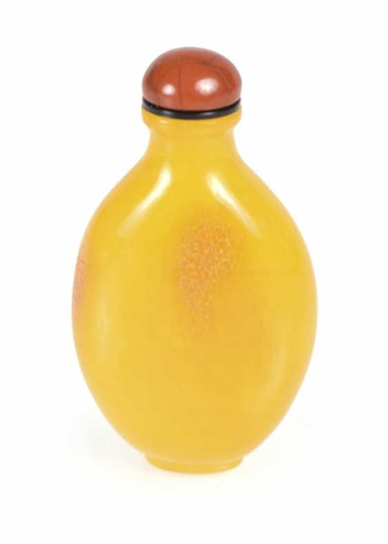Fine Snuffbottle made of yellow amber - photo 1