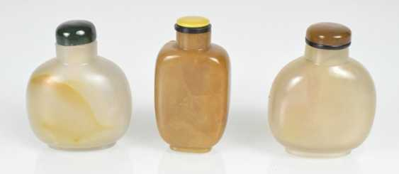 Three Snuffbottles made of agate with a relief carving, including eagles, monkeys, mother and boy - photo 2