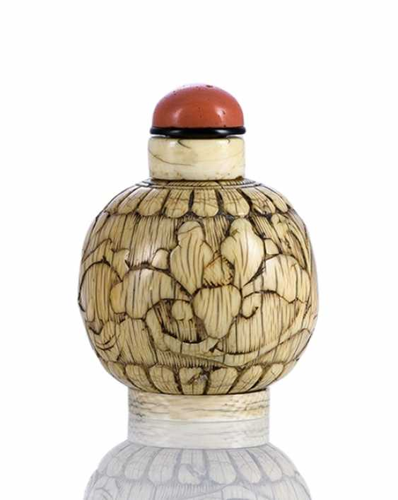 Ivory Snuffbottle with flower carving - photo 1