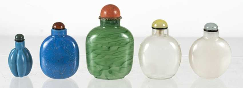 Five Snuffbottles made of white, blue, and green glass - photo 3