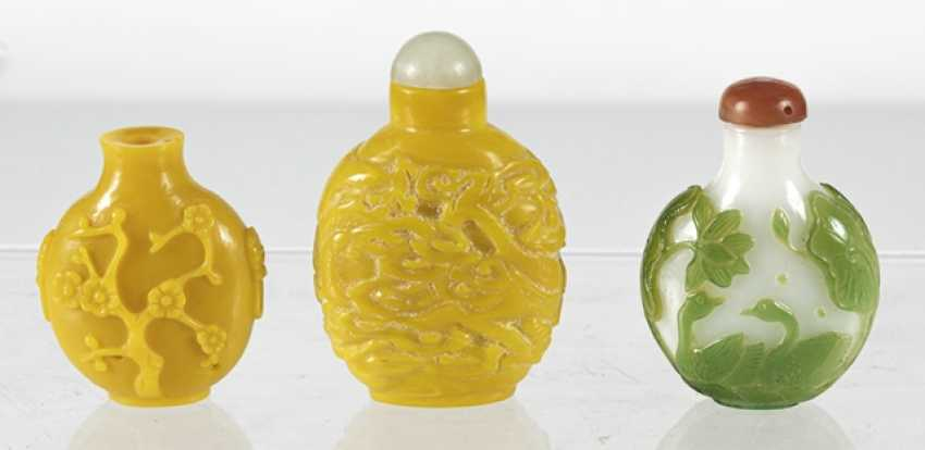 Three Snuffbottles made of glass, a green-flashed glass - photo 2