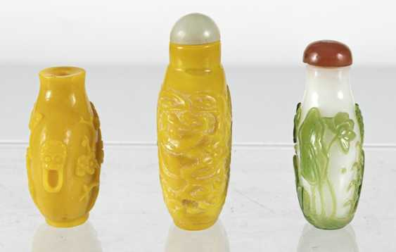 Three Snuffbottles made of glass, a green-flashed glass - photo 3