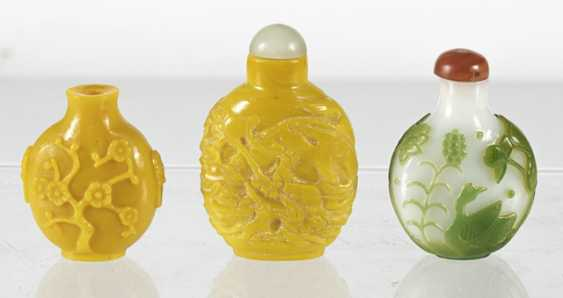 Three Snuffbottles made of glass, a green-flashed glass - photo 4
