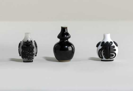 Miniature double gourd Vase and two Snuffbottles - photo 1