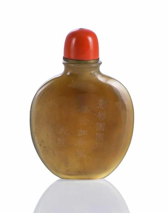 Feine abgeflachte Achat-Snuffbottle mit Inschrift eines Qianlong-Gedichts - Foto 1