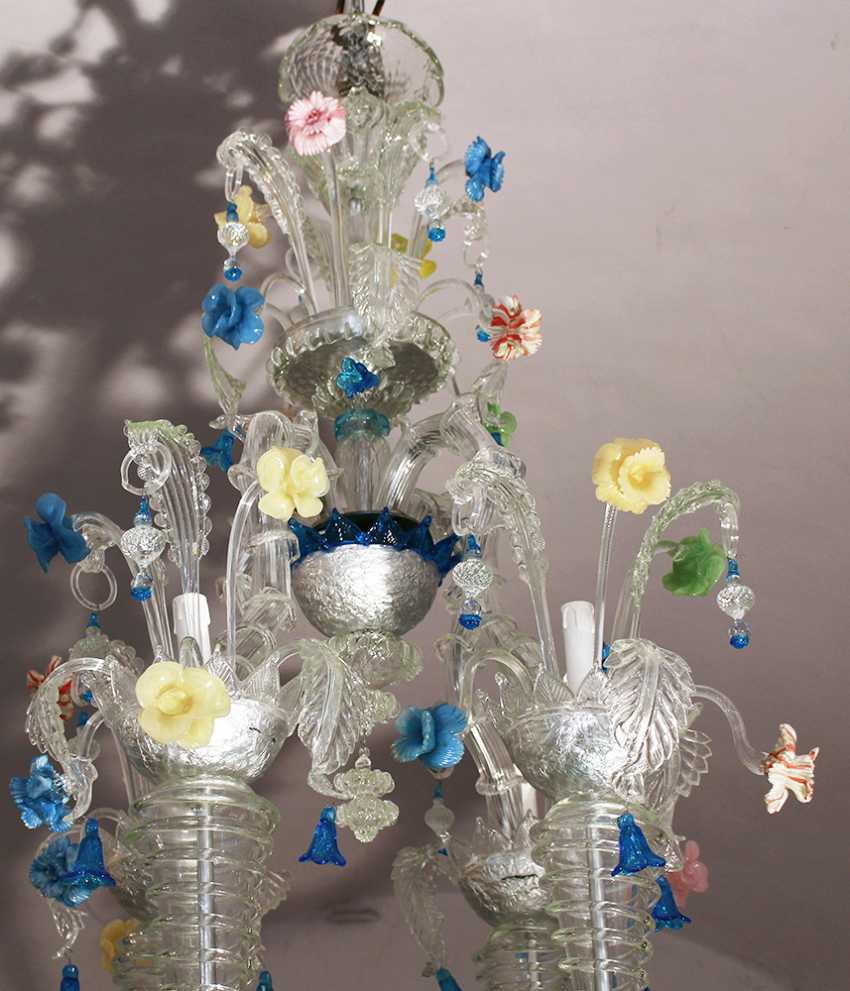 A large Venetian multicoloured and transparent 21 lights Murano glass chandelier with 16 S-shaped branches and spouts, 4 concave spiral columns ending in spouts and with turned connection to the upper central crown - photo 2