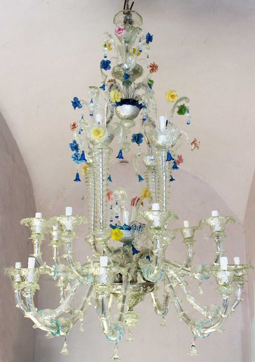A large Venetian multicoloured and transparent 21 lights Murano glass chandelier with 16 S-shaped branches and spouts, 4 concave spiral columns ending in spouts and with turned connection to the upper central crown - photo 3