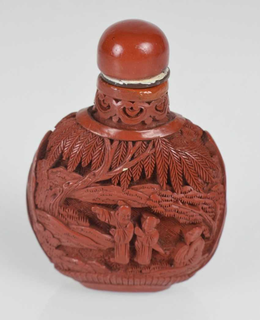Snuffbottle carved lacquer red with decoration of scholars and a servant boy - photo 2