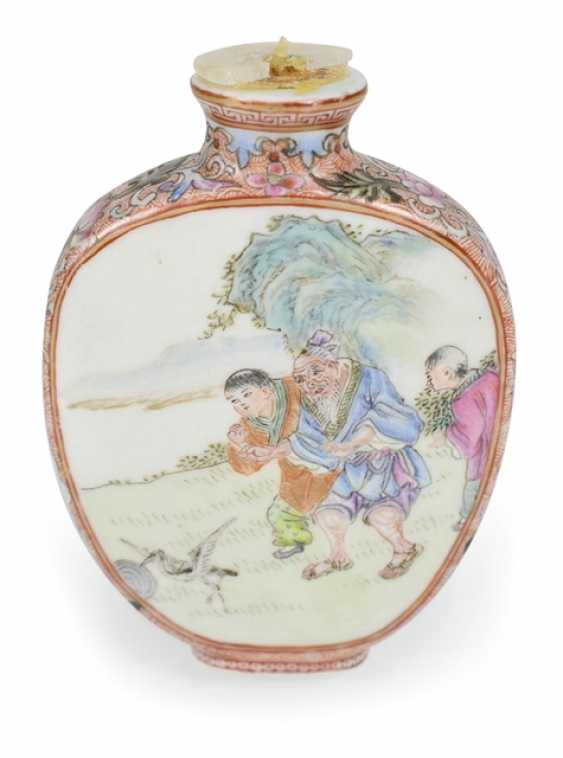 Snuffbottle made of porcelain with figural scenes in polychrome enamel colors - photo 1