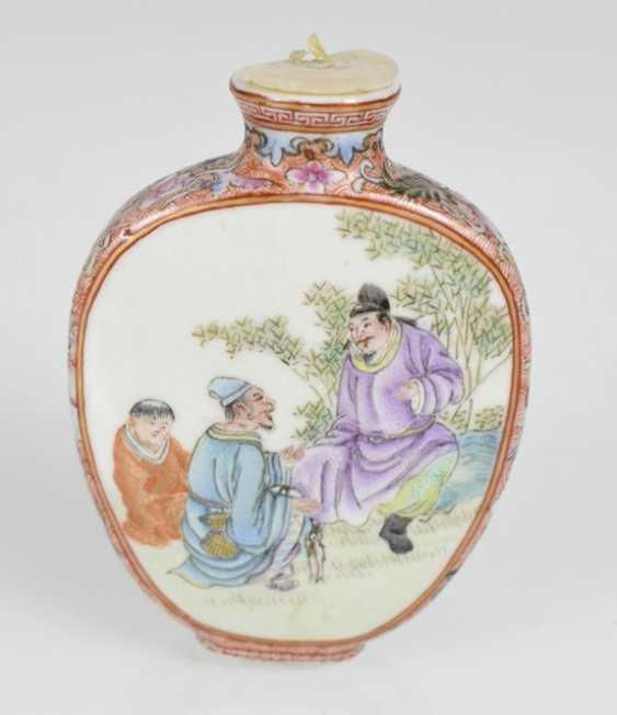 Snuffbottle made of porcelain with figural scenes in polychrome enamel colors - photo 2