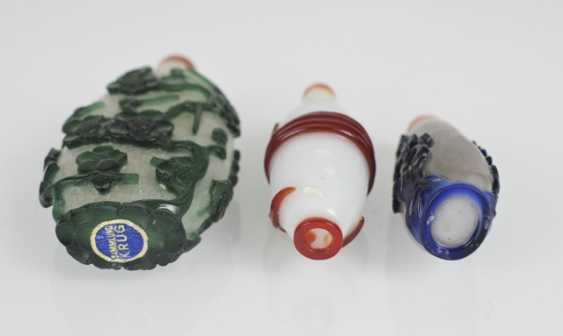 Three Snuffbottles made of glass with a colored Overlay - photo 3