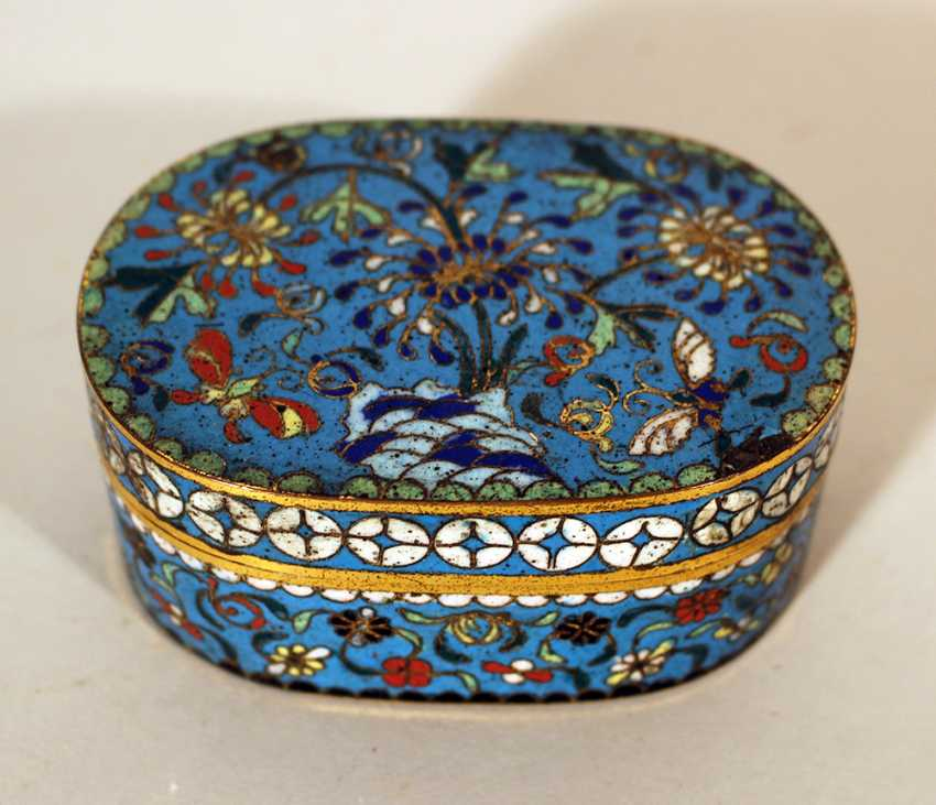 A small Chinese cloisonee oval box with lid, richly floral decorated in multicolours on blue ground, with white decoration band on the border - photo 1