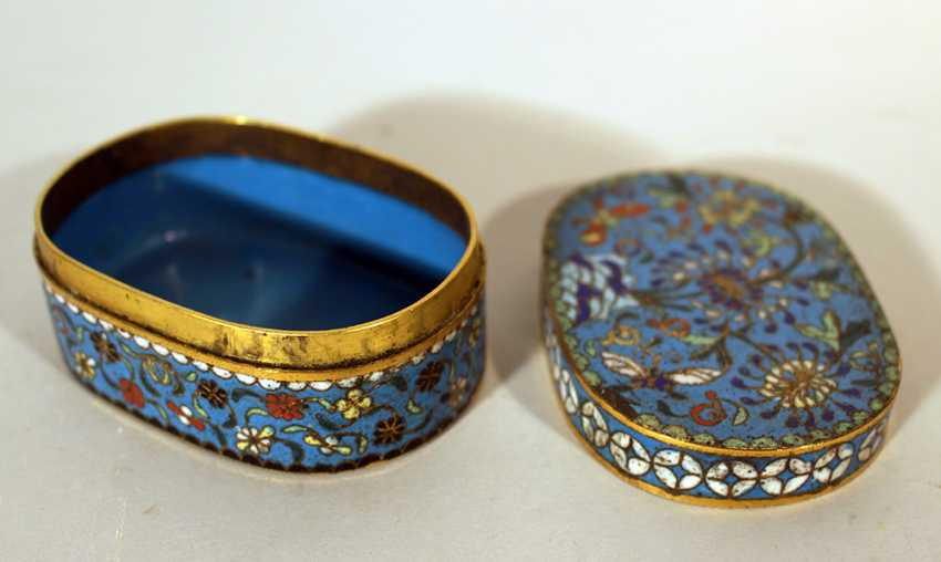 A small Chinese cloisonee oval box with lid, richly floral decorated in multicolours on blue ground, with white decoration band on the border - photo 2