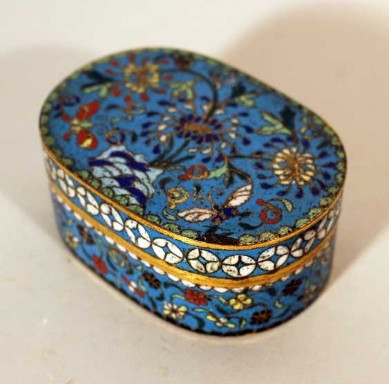 A small Chinese cloisonee oval box with lid, richly floral decorated in multicolours on blue ground, with white decoration band on the border - photo 3