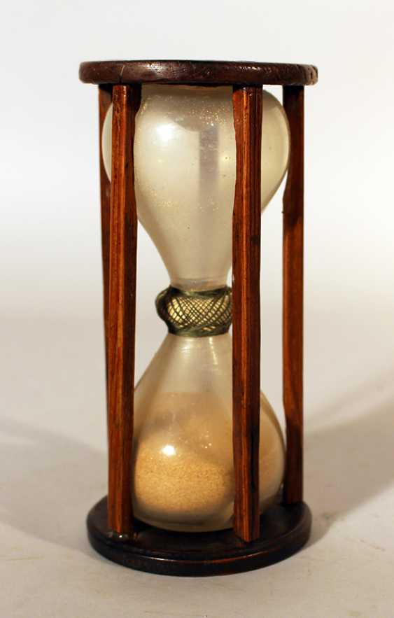 Hourglass in wooden mantle with five canted columns and round wooden top and base - photo 1