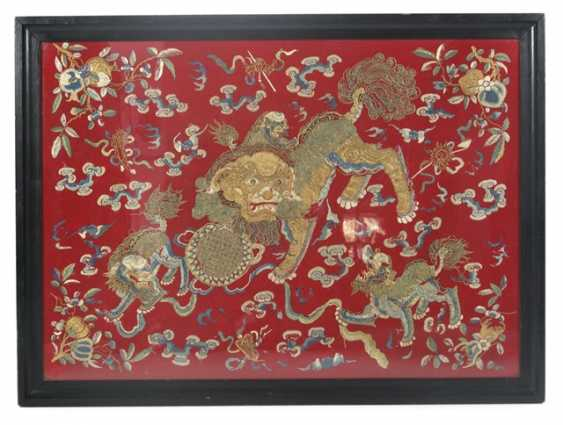 Silk embroidery, with a representation of a large and small lion (dashi xiaoshi) - photo 1