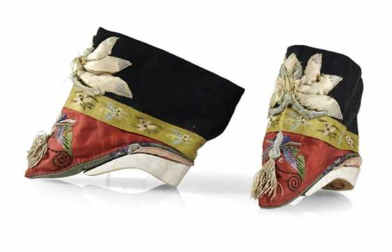 Pair of women's shoes with silk embroidery - photo 1
