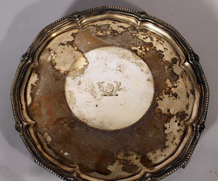 English silver tray on three claw feet with waved and ribbed border, in the centre engraved sheep's head - photo 2