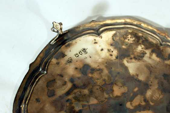 English silver tray on three claw feet with waved and ribbed border, in the centre engraved sheep's head - photo 3