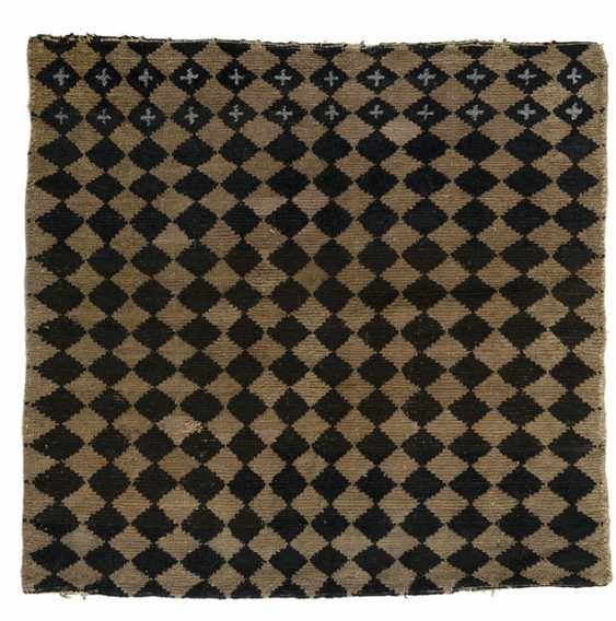 Seat rug with checkerboard pattern - photo 1