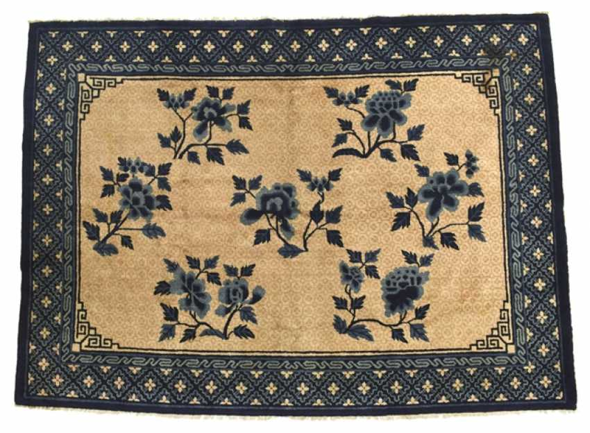 Carpeted with blue-and-yellow floral decor - photo 1