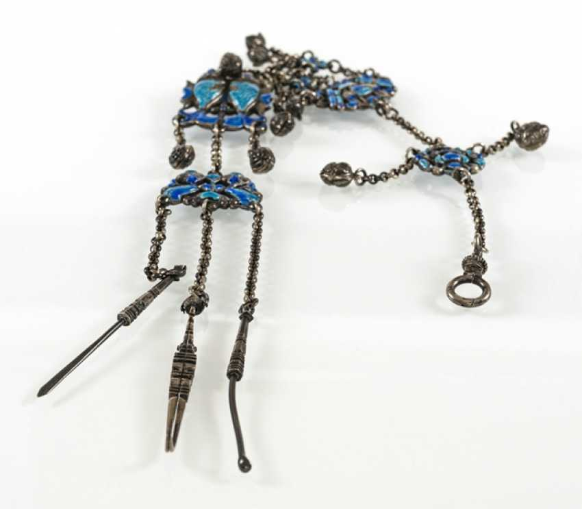Kettgehänge made of silver with enamel decoration and cleaning utensils in addition to followers - photo 2