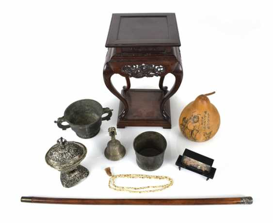 Mixed lot of arts and crafts, including incense burners, ghanta, holding a bell, Kapala, wood stand - photo 1