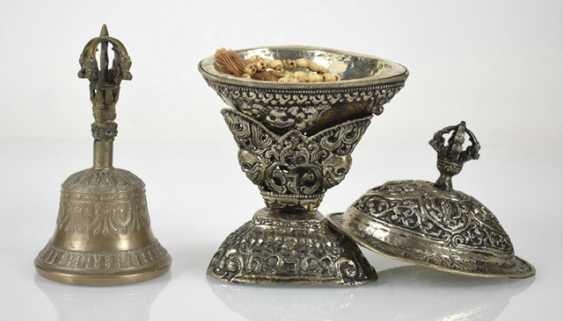Mixed lot of arts and crafts, including incense burners, ghanta, holding a bell, Kapala, wood stand - photo 7