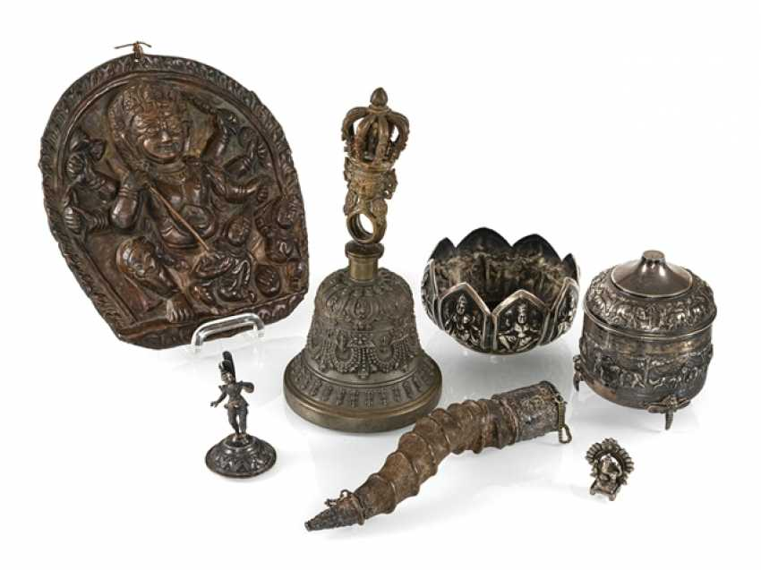 Mixed lot of arts and crafts, u. a. ghanta, holding a bell, lid tin, silver, copper relief, Horn - photo 1