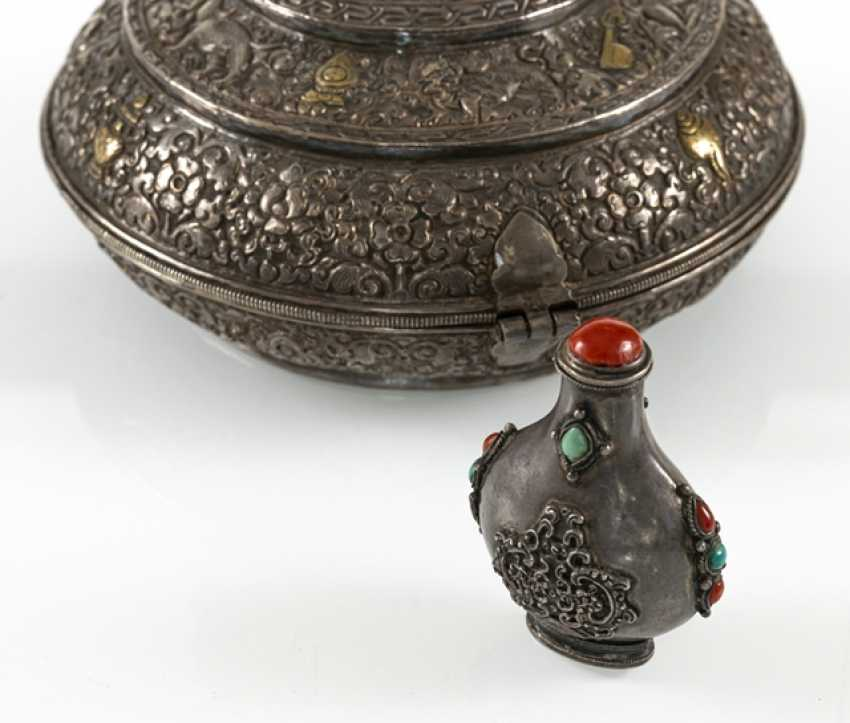 Snuffbottle and a lidded box made of silver, some with carnelian trim - photo 3