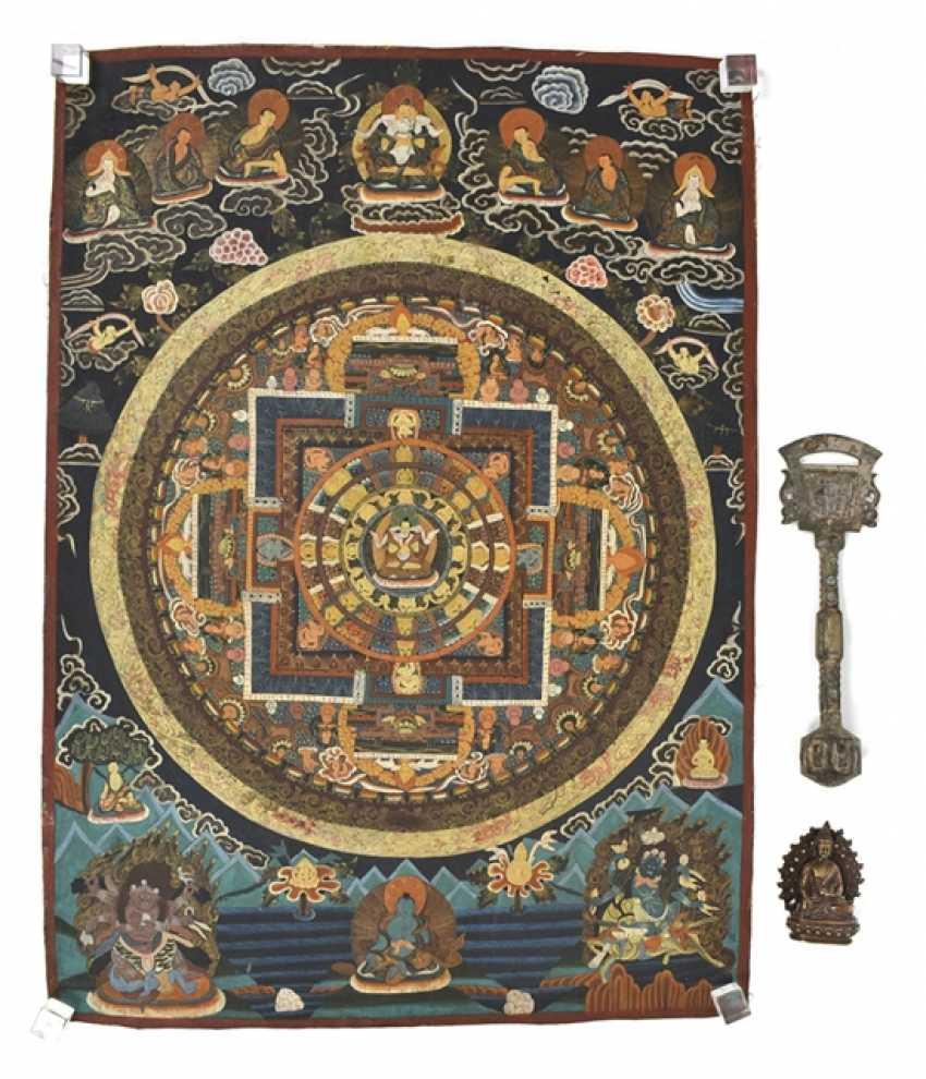 Thangka avec Mandala Représentation en Bronze du Bouddha Shakyamuni et un Ritualgegenstand - photo 1