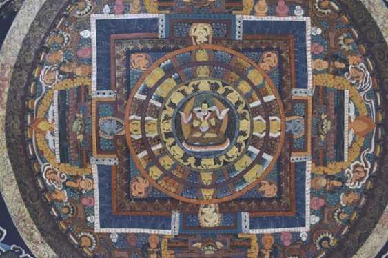 Thangka avec Mandala Représentation en Bronze du Bouddha Shakyamuni et un Ritualgegenstand - photo 2