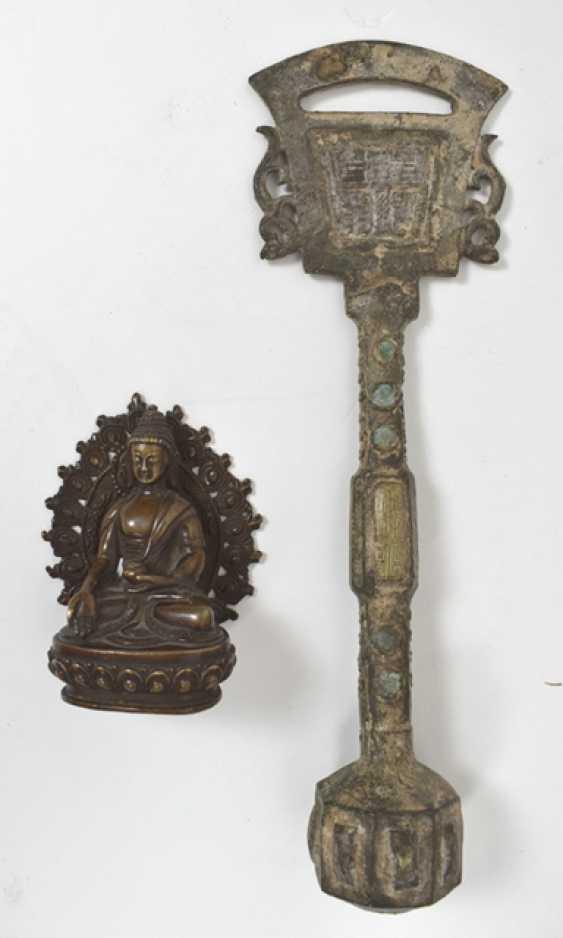 Thangka avec Mandala Représentation en Bronze du Bouddha Shakyamuni et un Ritualgegenstand - photo 3