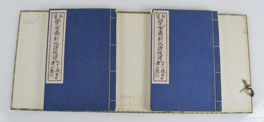 Two volumes with a collection of paintings by Qi Baishi in brocade-covered cassette - photo 2