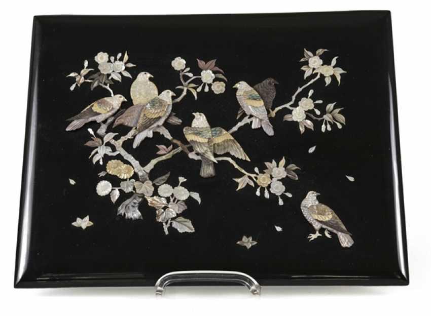 Zierpaneel aus Holz mit Dekor von Tauben in blühenden Sträuchern in Perlmutt eingelegt - Foto 1